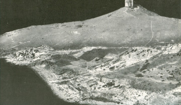 Aerial photo of the archaeological area of Tharros in 1960 during excavations of G. Pesce (G. Pesce, Sardegna punica, Cagliari 1961, fig. 26).