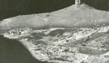 Foto aerea dell'area archeologica di Tharros nel 1960 durante gli scavi di G. Pesce (da G. Pesce, Sardegna punica, Cagliari 1961, fig. 26).